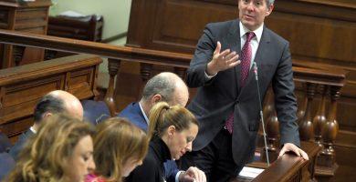 Clavijo, en la sesión de control. arriba a la izquierda, la portada del diario del 7 de abril que destapó el problema de la pobreza infantil en el Archipiélago. Sergio Méndez