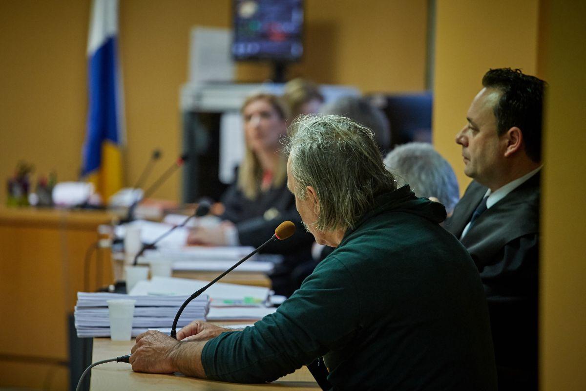 Francisco, uno de los dos inculpados por el crimen de 2015 en Fuencaliente, ayer de espaldas y junto a su abogado, durante el juicio. Andrés Gutiérrez