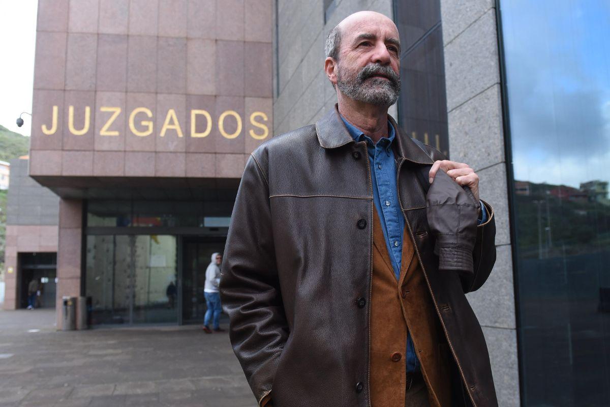 Uno de los denunciantes del caso Grúas, el concejal Santiago Pérez, a la salida de los juzgados de La Laguna. Sergio Méndez