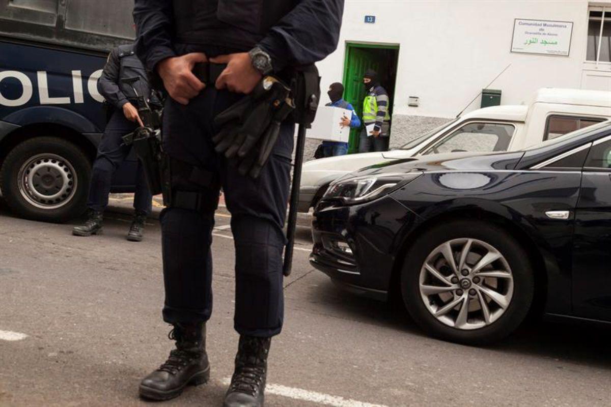 La operación del pasado lunes incluyó un minucioso registro en la vivienda superior de la mezquita al que asistió uno de los arrestados. Efe