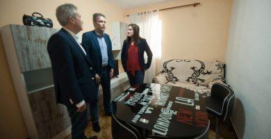 Óscar García (izq.), Fernando Rodríguez y Zaida González, ayer, durante la visita al piso que se ubica en Santa María del Mar. Fran Pallero