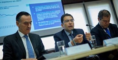 David Conde, director territorial de BBVA Canarias; Miguel Cardoso, economista jefe para España de BBVA Research, y José M. Martín, director regional de BBVA Canarias. A. Gutiérrez