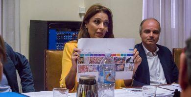 La concejal de Fiestas, Gladis de León, ayer, en la Comisión de Control, mientras mostraba las búsquedas de actos sexistas en internet. David Núñez