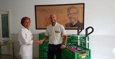 El repartidor de Mercadona Francisco José Ramos entrega la donación a Yayi Rodríguez. DA