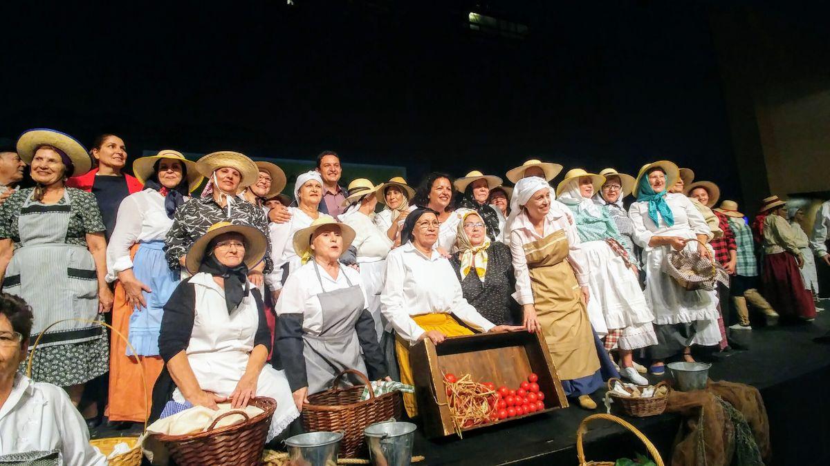 En la representación se implican todos los centros de mayores del municipio aronero. En la Imagen, cierre de la edición del año pasado, dedicada a los oficios rurales femeninos. DA