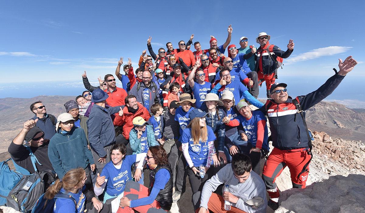 Los 15 jóvenes y sus acompañantes inmortalizaron en una foto el reto conseguido en el pico del Teide. DA