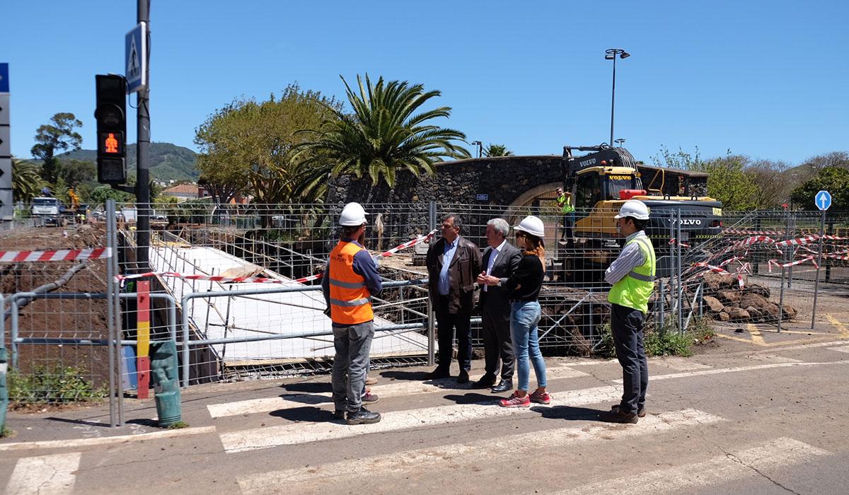Visita del alcalde y el consejero insular de Cooperación Municipal a las obras en La Vega. DA