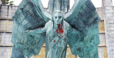 El Monumento a Franco luce manchado de pintura roja, un acto vandálico que ya sufrió dos años atrás. S. M.