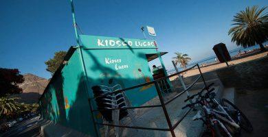 Los antiguos kioscos, ya cerrados, permanecerán en la playa hasta que las administraciones responsables decidan cuándo y quién los retira. F. P.