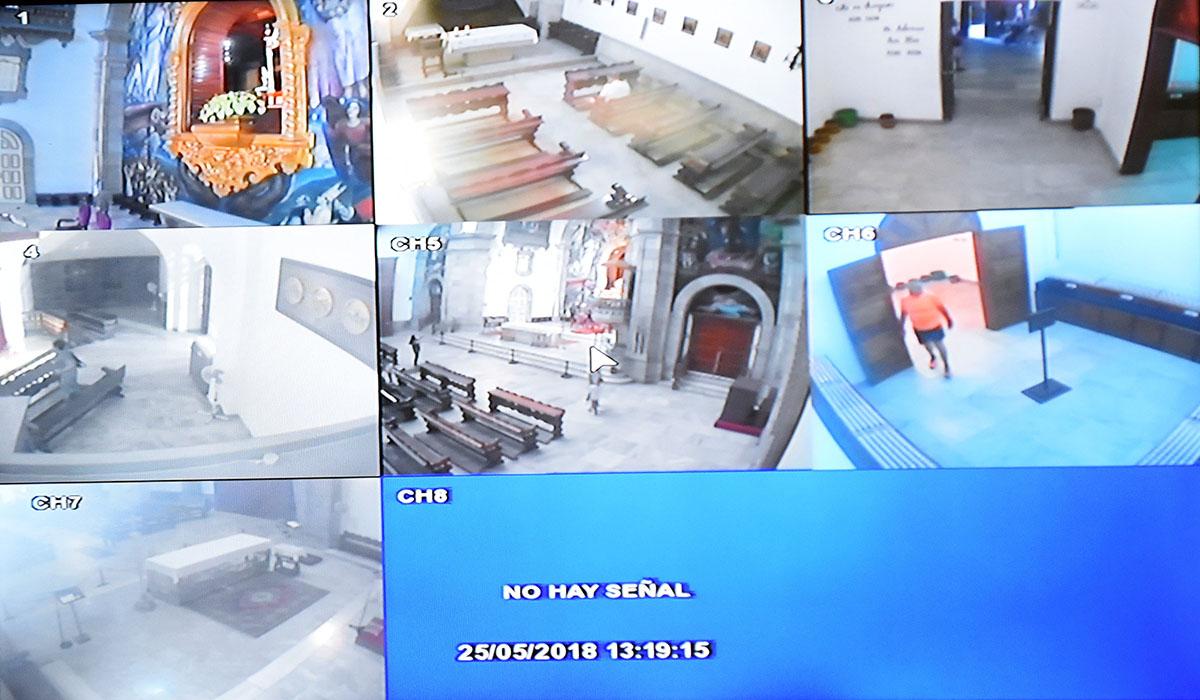 Pantallas que reproducen las imágenes de las cámaras de seguridad                en la Basílica de Candelaria. Sergio Méndez