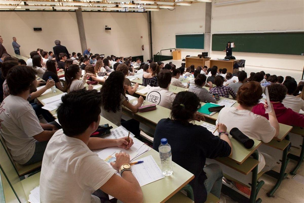 En España, los universitarios de Artes y Humanidades tienen el doble de desempleo que los de Ingeniería. EP