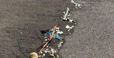 Restos de plásticos sobre la arena en la costa del municipio de Arico empujados por la marea. DA