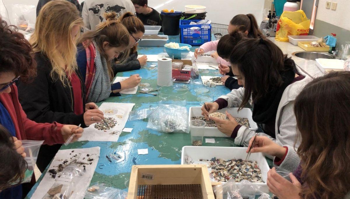 Varias alumnas separan y analizan las muestras en el laboratorio del Instituto. DA