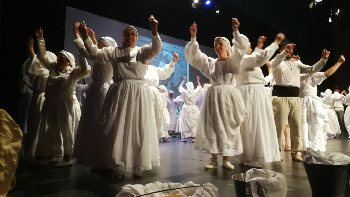 En esta edición de Añoranzas, los mayores representaron una función que estuvo dedicada al agua y que arrancó las carcajadas del público. DA
