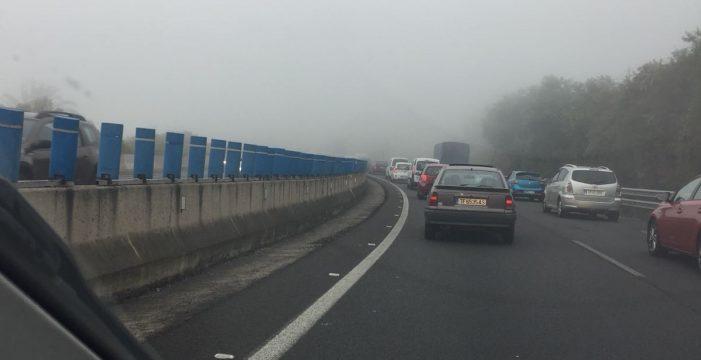 Niebla y lluvia provocan retenciones en la TF-5