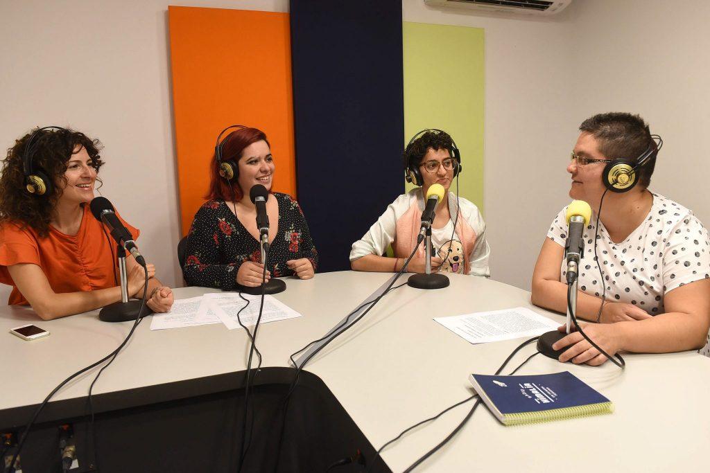Ruth Reyes, a la derecha, conduce el 'Espacio Violeta' de Radio Himalia. | Foto: Sergio Méndez