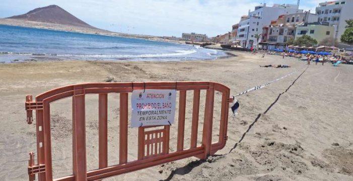 Un vertido obliga a cerrar la playa de El Médano