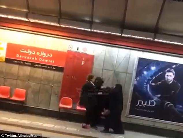 Una mujer se enfrenta a patadas a la policía de la moralidad iraní