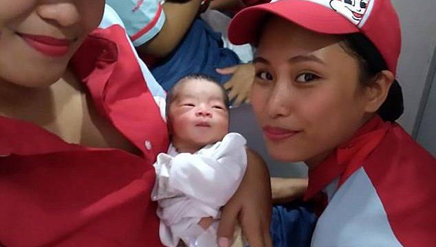 Una empleada de una hamburguesería salva a un bebé encontrado en la calle dándole de mamar