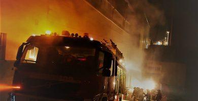 Bomberos extinguen un incendio en una nave en Arafo