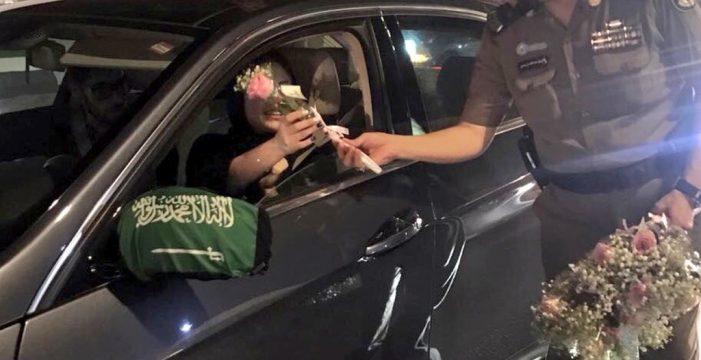 Flores y aplausos para las mujeres conductoras en Arabia Saudí tras el fin de la prohibición