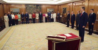 Foto de familia de los nuevos ministros de la toma de posesión ante el Rey