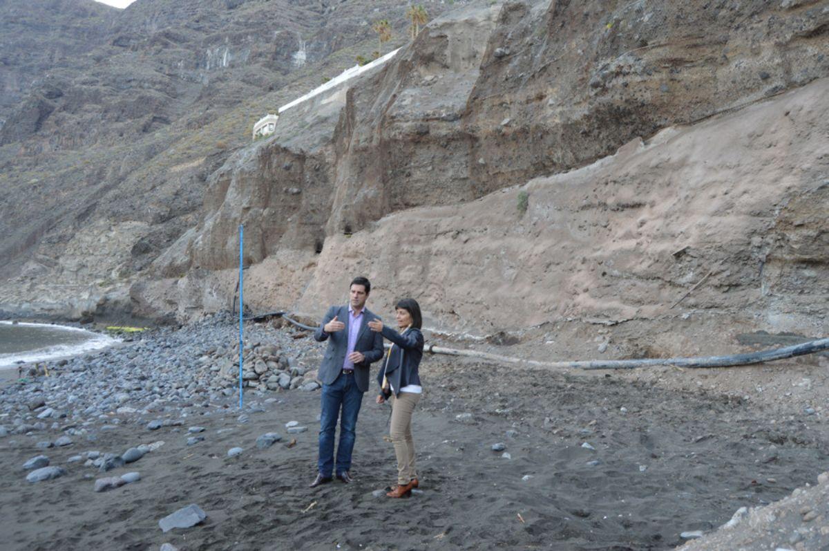 El alcalde y la concejala de Guía de Isora en la playa de Los Guíos