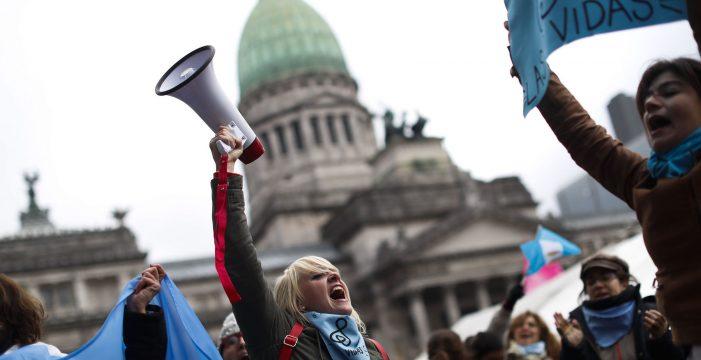 Este diputado católico revienta Twitter explicando por qué votó por el aborto en Argentina