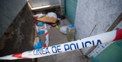 Precinto en la casa en la que fue encontrado el cadáver de la mujer. F. P.