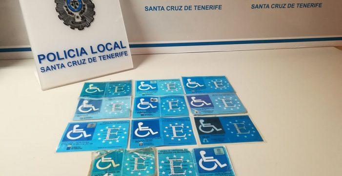 La Policía Local de Santa Cruz detecta once tarjetas fotocopiadas para aparcar en plazas para discapacitados