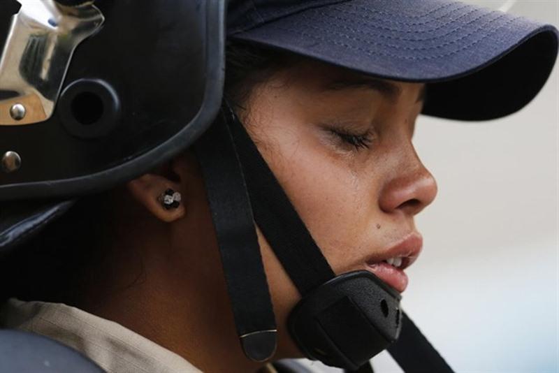 Una policía llora tras el incidente. / EP