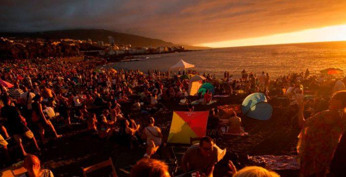El 'ambientazo' en Playa Jardín a esta hora en la noche de San Juan