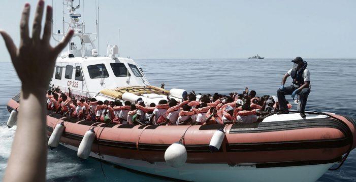 Mil inmigrantes rescatados en el Estrecho, a la espera de que arribe el Aquarius