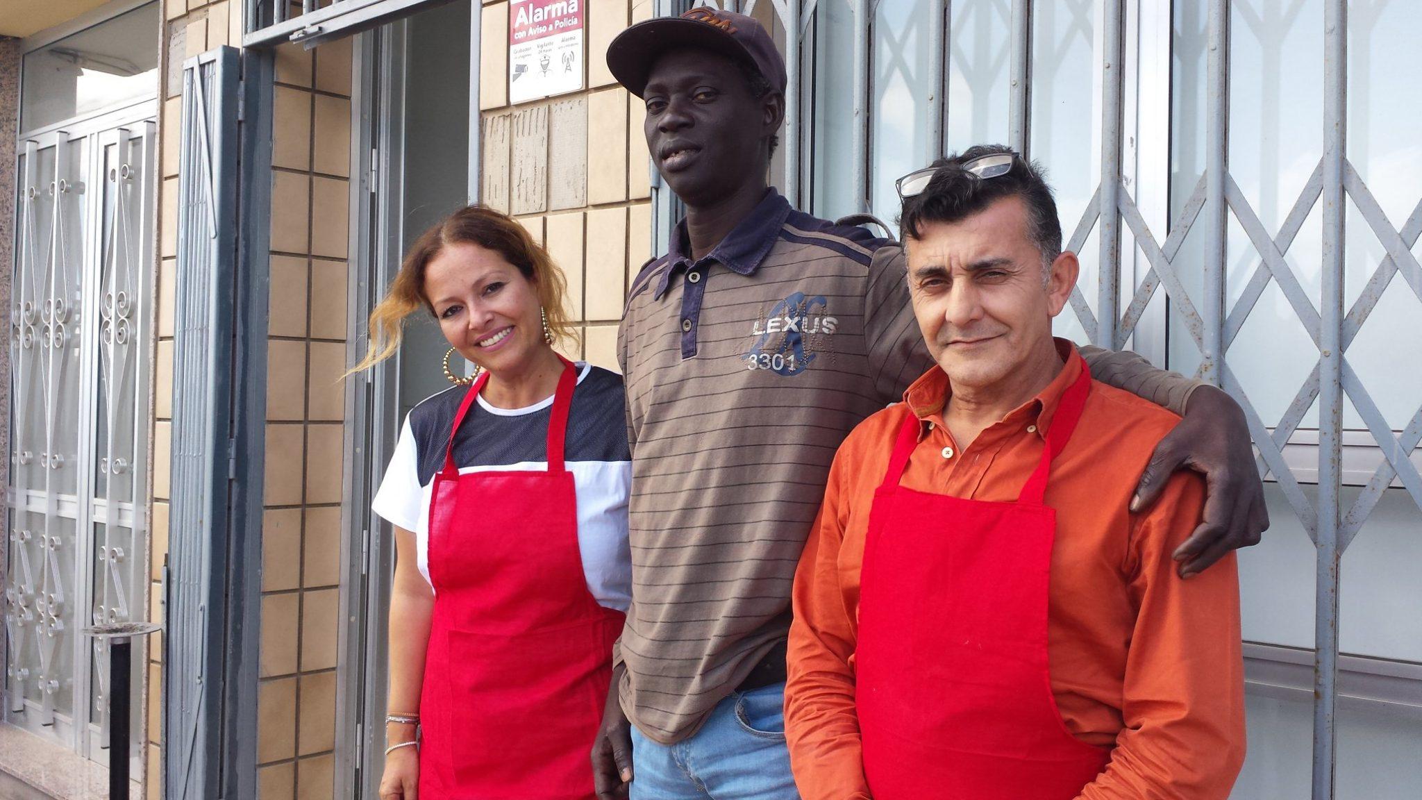 La directora junto a Moussa (centro), usuario del Comedor, y Pedro, trabajador. J. C. M.