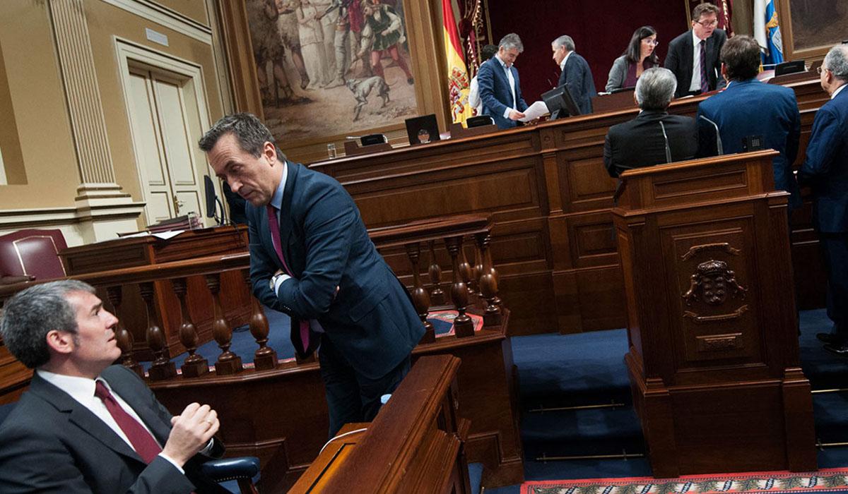 El presidente Clavijo y José Miguel Ruano, portavoz del Grupo Nacionalista, hablan en la Cámara Regional. DA