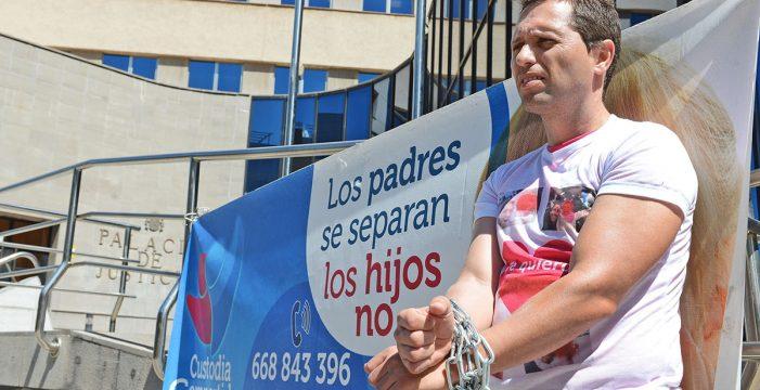 Se encadena ante el Palacio de Justicia para compartir la custodia de su hija
