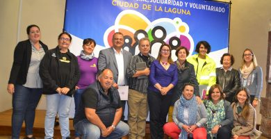 José Alberto Díaz, Flora Marrero y Juana de la Rosa, junto a representantes de varias entidades sociales. DA