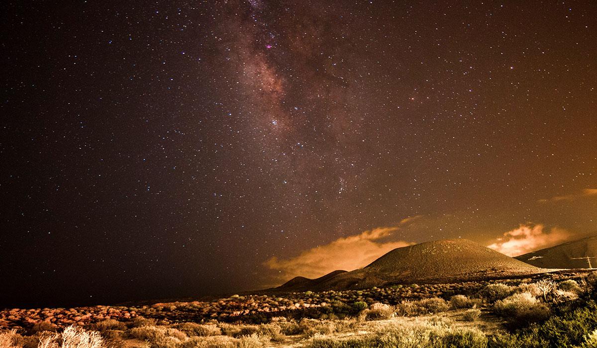 Paisaje nocturno del Malpaís de Güímar, un área donde se trata de proteger a la pardela cenicienta. Rafael Cedrés