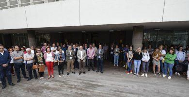 Minuto de silencio celebrado ayer frente al Cabildo de Gran Canaria por el asesinato de Marisa. DA