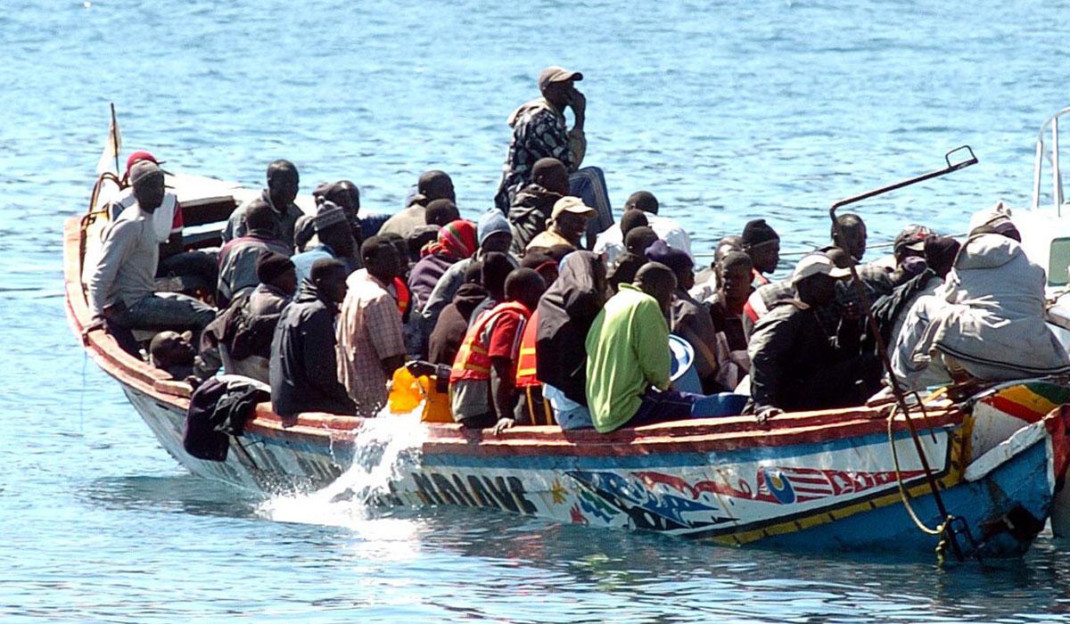 Refugiados achican agua de su cayuco frente a Los Cristianos, en 2006. Esteban Pérez