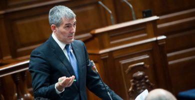 El presidente del Gobierno de Canarias, Fernando Clavijo, en la sesión parlamentaria de control. Fran Pallero