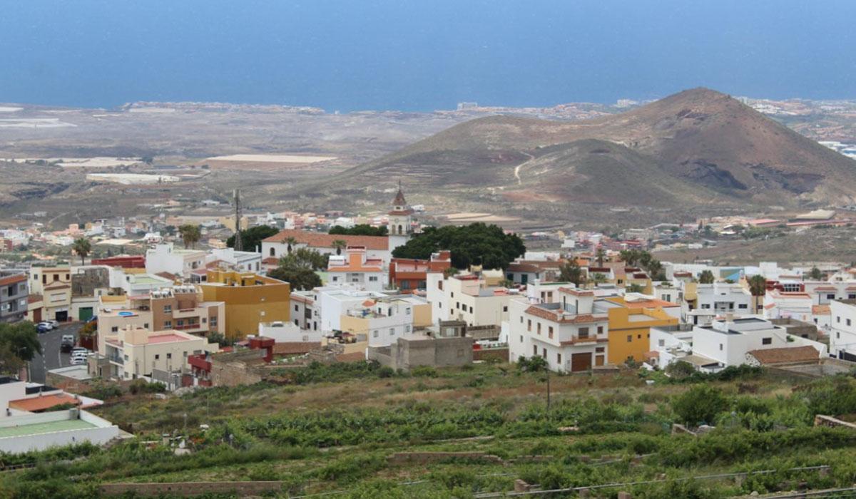 Vista, en primer término, del casco de San Miguel de Abona y al fondo, la zona de costa. DA
