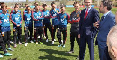 El exseleccionador Julen Lopetegui, el rey Felipe VI y el exministro Màxim Huerta, junto a varios futbolistas, hace cinco días en Madrid. AEPD
