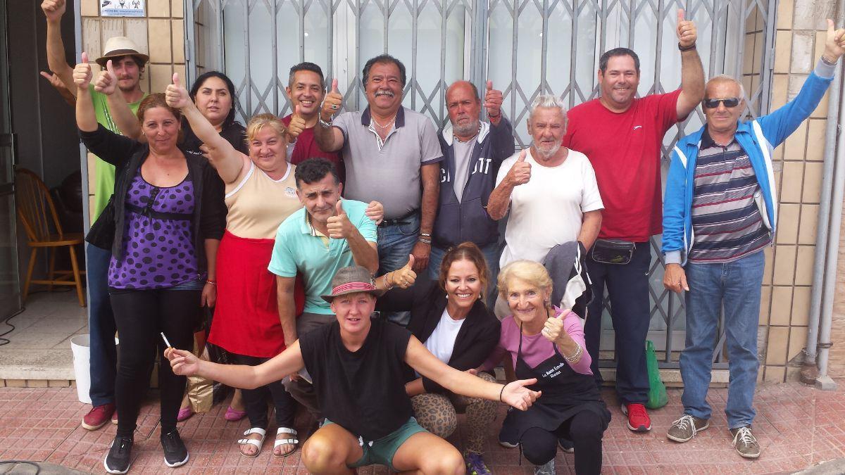 Usuarios y voluntarios, ayer, junto a la directora del centro, Solange Díaz; la buena relación y la ausencia de incidentes caracterizan la convivencia. J.C.M.