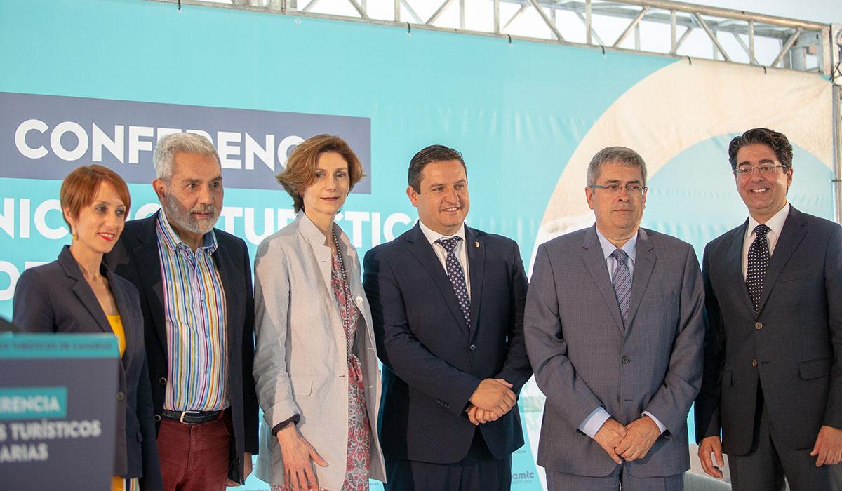 Alcaldes fundadores de la alianza de municipios turísticos de Canarias, junto a la secretaria de Estado de Turismo, Isabel Oliver (3ª izquierda). DA