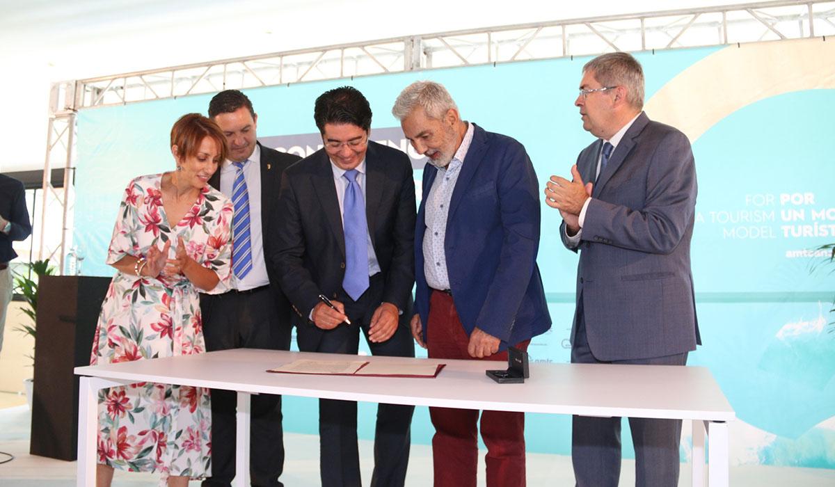 La conferencia se clausuró con la firma por los cinco alcaldes de la AMTC de la llamada Declaración de Adeje. DA