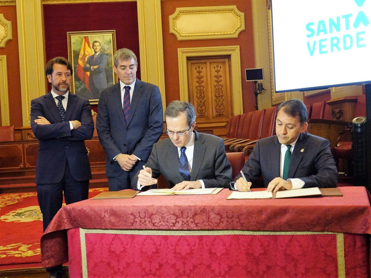 Pedro Miró y José Manuel Bermúdez (en la mesa) firmaron ayer el acuerdo. DA