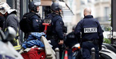 Agentes de la policía francesa cerca del lugar del incidente, en el distrito X de la ciudad. | EE