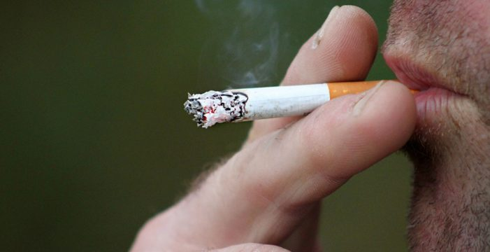 Sanidad estudia prohibir fumar en eventos al aire libre y vehículos con niños