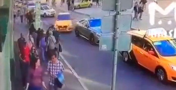 Un taxi embiste a una multitud en el centro de Moscú